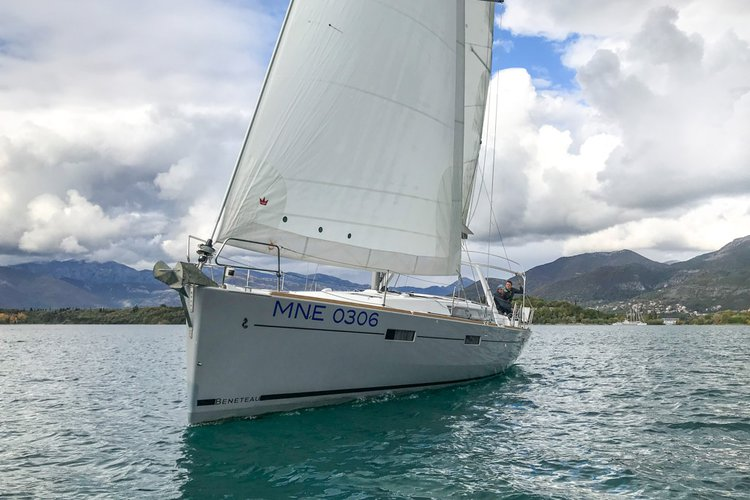 Discover  surroundings on this Oceanis 45 Bénéteau boat