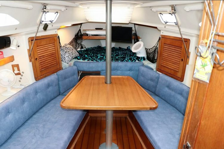 Discover Marina Del Rey surroundings on this 270 Catalina boat