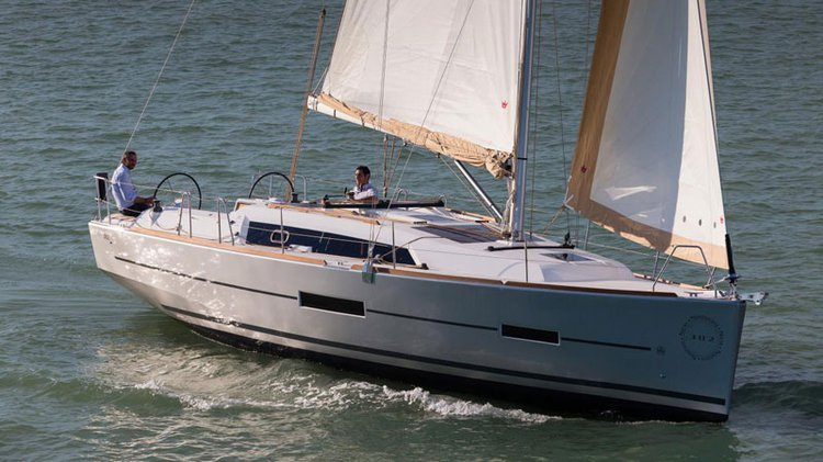 Discover Annapolis surroundings on this 382 Liberty Dufour boat