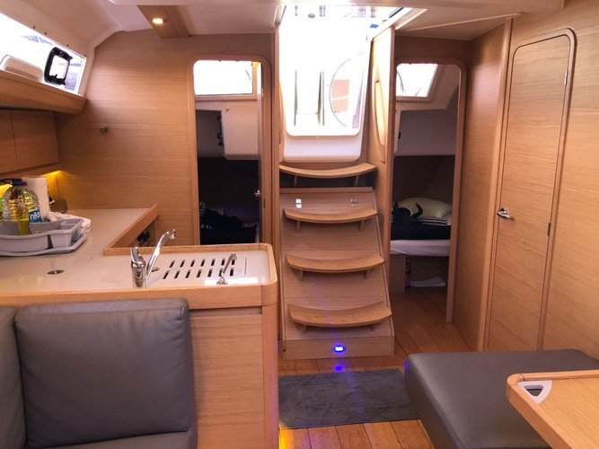 Discover Scrub Island surroundings on this 412 GL Dufour boat