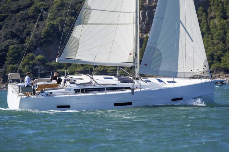 Discover Scrub Island surroundings on this 430 GL Dufour boat