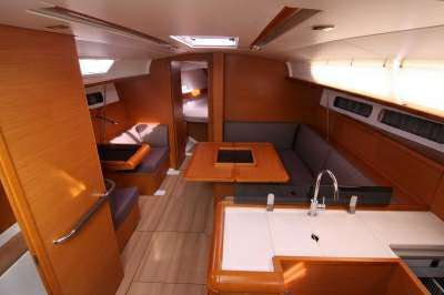 This 40.0' Jeanneau 409 cand take up to 6 passengers around New York