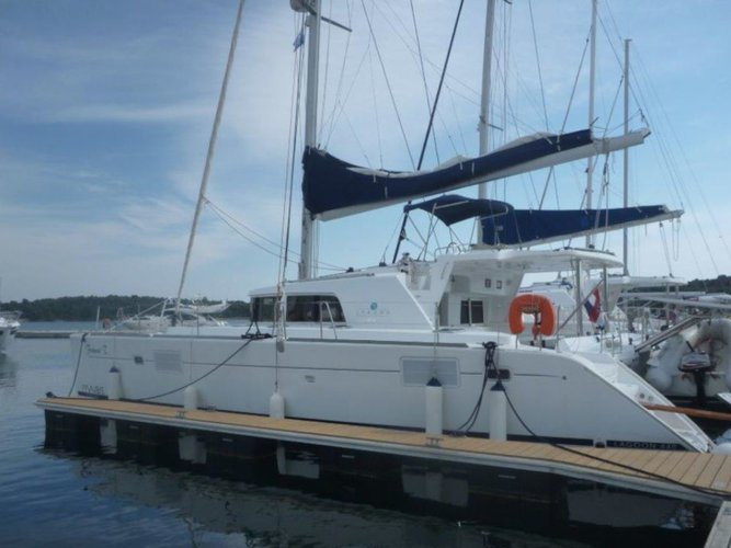 Sail the beautiful waters of Šibenik on this cozy Lagoon Lagoon 440 (4+2 cab.)