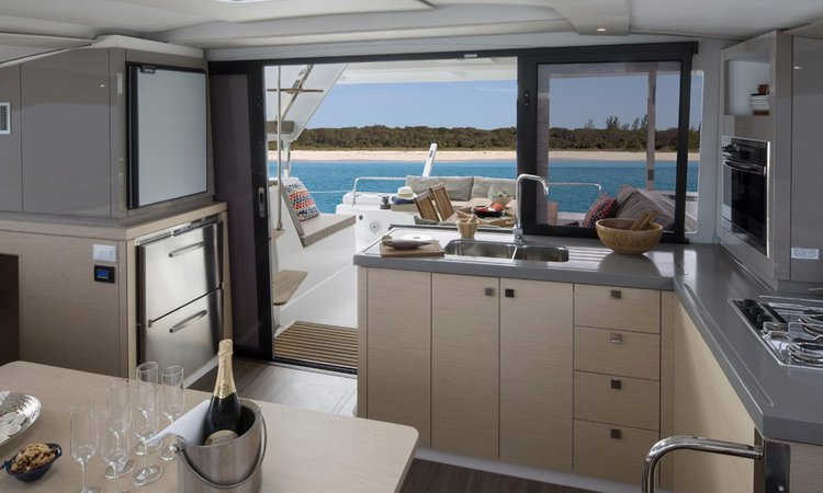 Discover Annapolis surroundings on this 40 Lucia boat