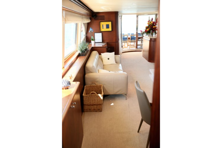 Discover MIAMI surroundings on this 100 Azimut boat