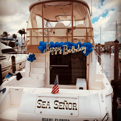 Discover Miami surroundings on this 480 Sedan Bridge Sea Ray boat
