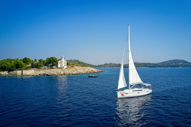 This sailboat charter is perfect to enjoy Šibenik region