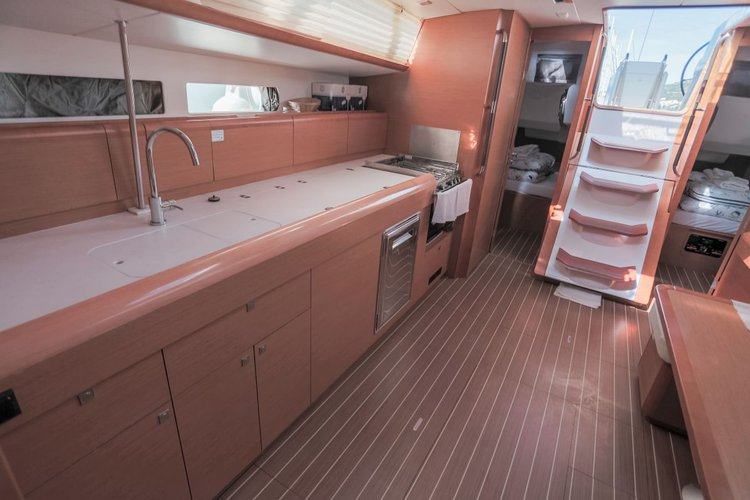 This 46.0' Jeanneau cand take up to 10 passengers around Split region