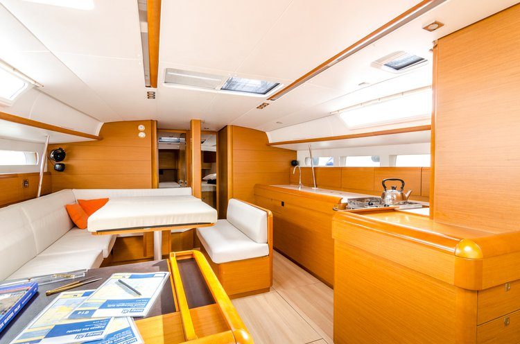 This 51.0' Jeanneau cand take up to 11 passengers around