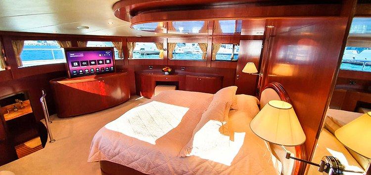 Johnson 87 Luxury yacht master