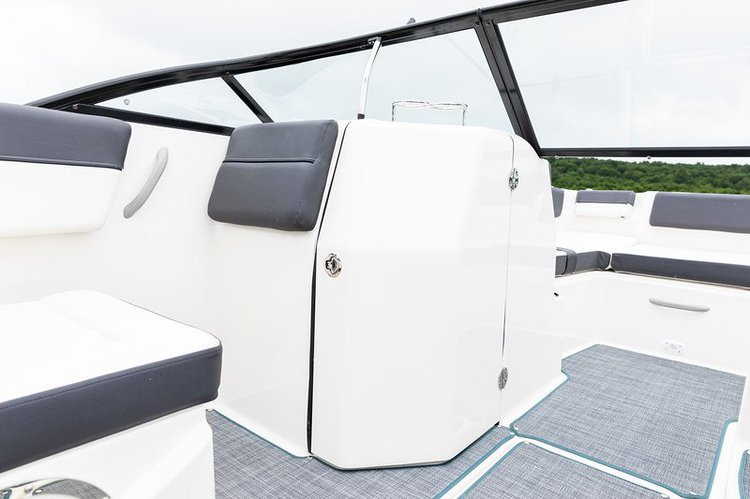Discover Sag Harbor surroundings on this 2020 BAYLINER boat