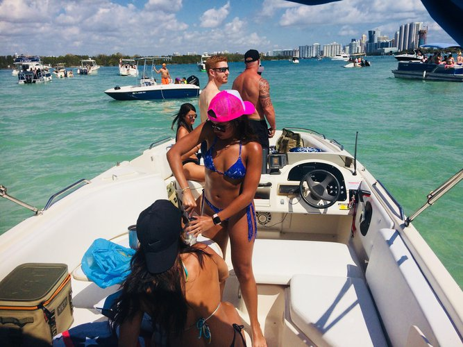 Discover Miami surroundings on this Rendezvous Bayliner boat