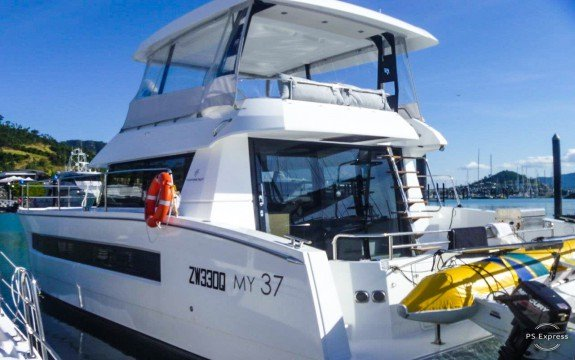 Discover Miami surroundings on this Custom Maestro boat