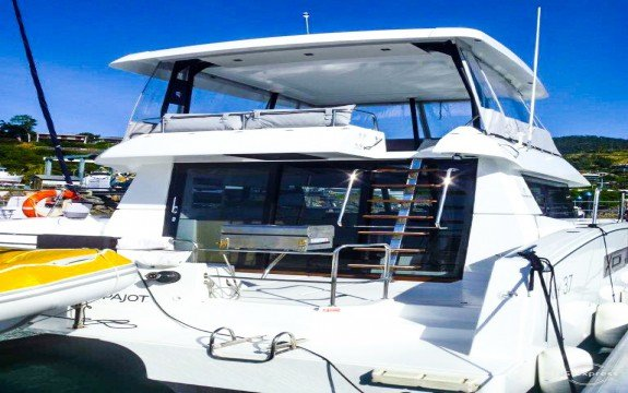 This 36.1' Maestro cand take up to 6 passengers around Miami