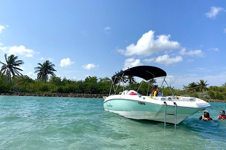 Beautiful & clean boat for 10 with floating mat & towels in Sunny Isles Beach