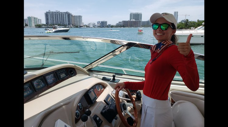 This 57.8' SeaRay cand take up to 12 passengers around Miami
