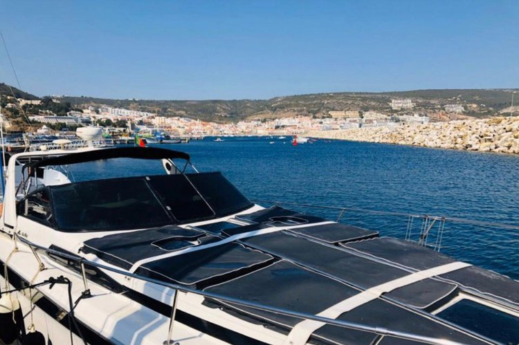 Discover Cascais surroundings on this 350 Sundancer Sea Ray boat
