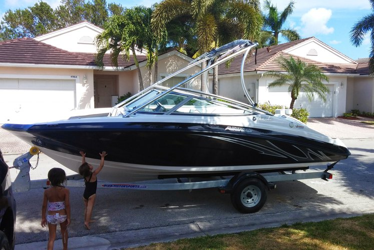 Ski and wakeboard boat for rent in Hollywood
