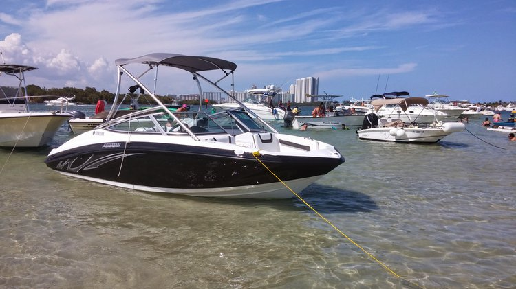 Up to 7 persons can enjoy a ride on this Ski and wakeboard boat