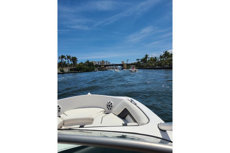 Discover Hollywood surroundings on this ar190 yamaha boat