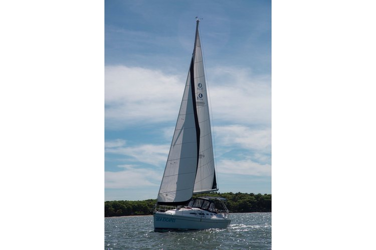 This 38.0' Hunter cand take up to 6 passengers around Sag Harbor