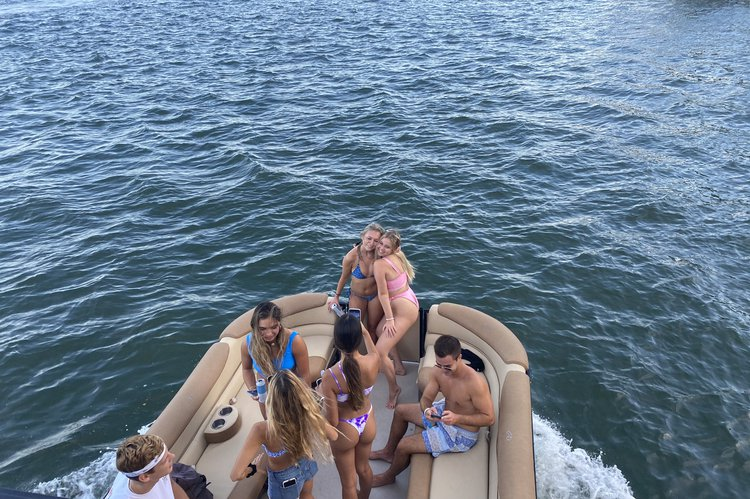 Up to 9 persons can enjoy a ride on this Pontoon boat