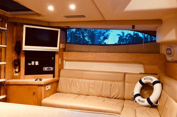 Discover Miami surroundings on this 350 Mariner Carver boat