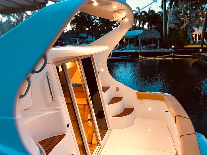 This 35.0' Carver cand take up to 12 passengers around Miami