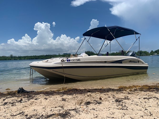 Discover Hollywood surroundings on this Fun Deck GS-188 Hurricane boat