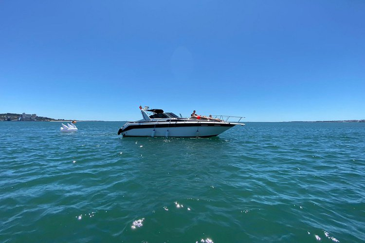 This 36.0' Sea Ray cand take up to 8 passengers around Cascais