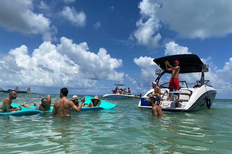 Discover Miami surroundings on this 242x yamaha boat