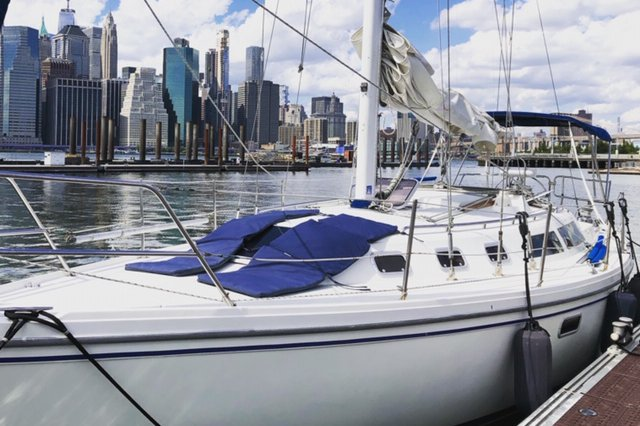 Discover Brooklyn surroundings on this Standard Catalina boat