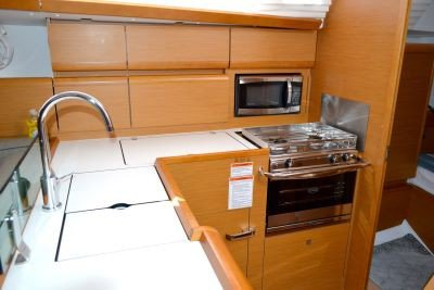 Discover Annapolis surroundings on this SUN ODYSSEY 419 Jeanneau boat
