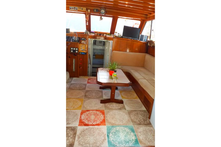 Discover Göcek surroundings on this Small motor yacht 1978 boat