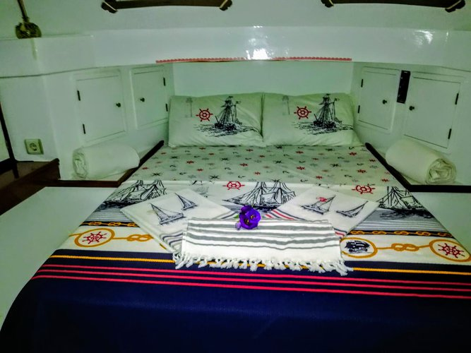 Up to 3 persons can enjoy a ride on this Motor yacht boat