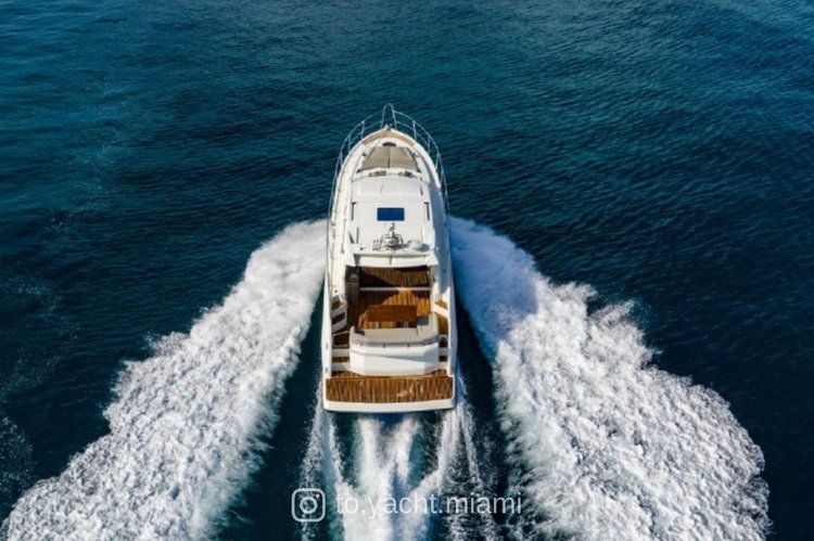 Discover Miami surroundings on this GT49 Beneteau boat