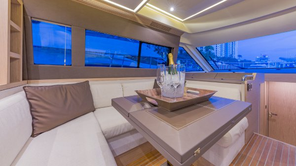 Discover Miami Beach surroundings on this 5 Monte Carlo boat
