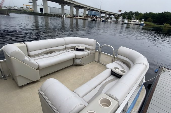Discover Miami surroundings on this Sun Tracker by Tracker Marine Party Cruiser 34 Regency boat