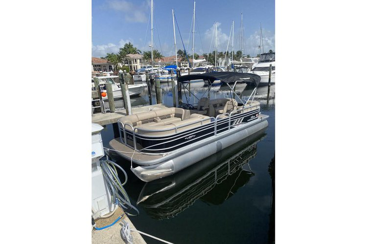 Discover Hollywood surroundings on this Party barge xp3 Sun Tracker boat