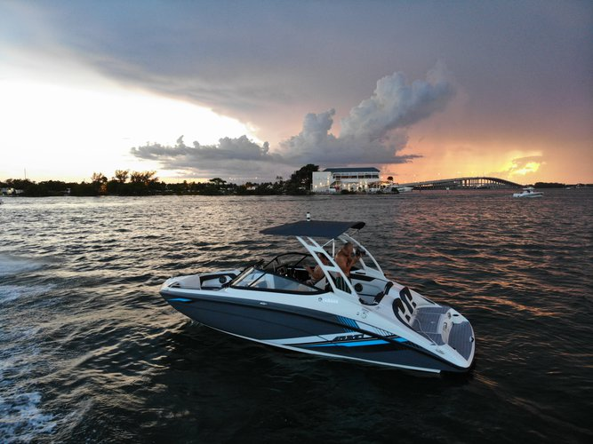 This 21.0' yamaha cand take up to 6 passengers around Key Biscayne