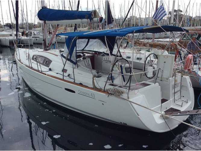 Beautiful Beneteau Oceanis 43 ideal for sailing and fun in the sun!