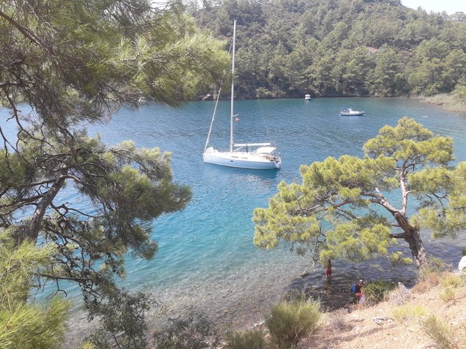 This 40.0' HANSE400 cand take up to 6 passengers around Göcek