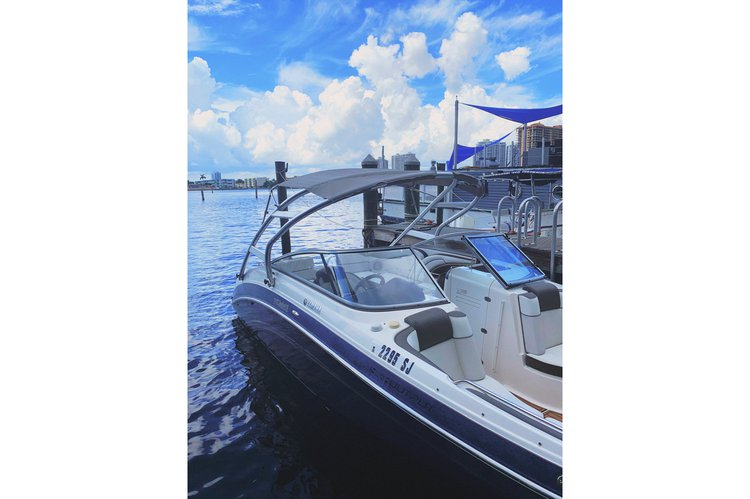 Discover Miami surroundings on this Yamaha 242 Limited S boat