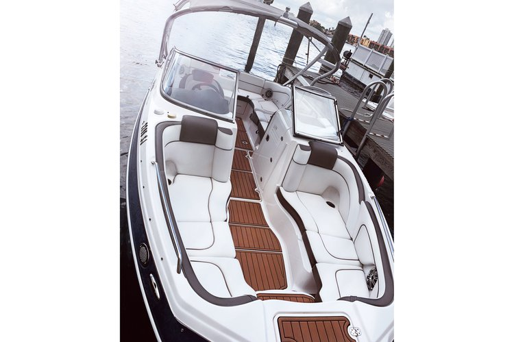 This 25.0' 242 Limited S cand take up to 6 passengers around Miami