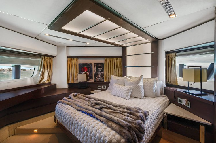 Discover Miami surroundings on this Yachts Azimut boat