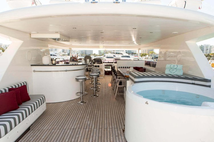 Discover MIAMI surroundings on this Motor Yacht Johnson boat