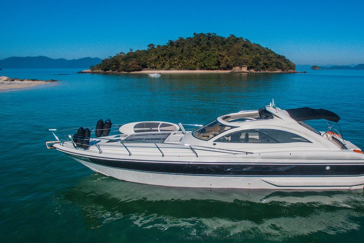 This 52.0' PERSHING 52 OPEN cand take up to 30 passengers around Angra dos Reis