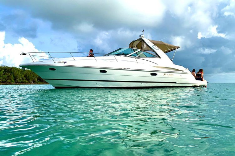 This 36.0' SEA RAY cand take up to 8 passengers around Miami