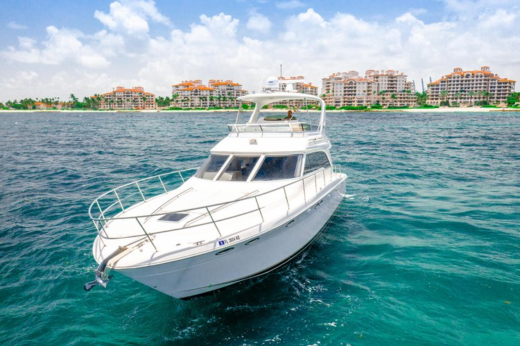 This 52.0' Sea Ray cand take up to 13 passengers around Miami Beach