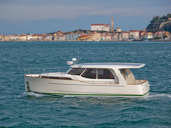 Charter this amazing motor boat in Porto